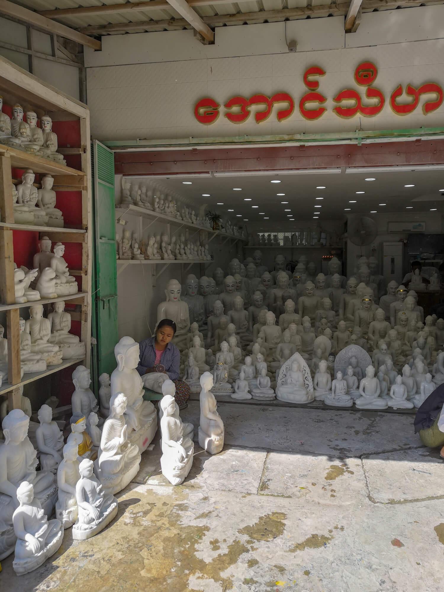 Une boutique de sculptures de pierres