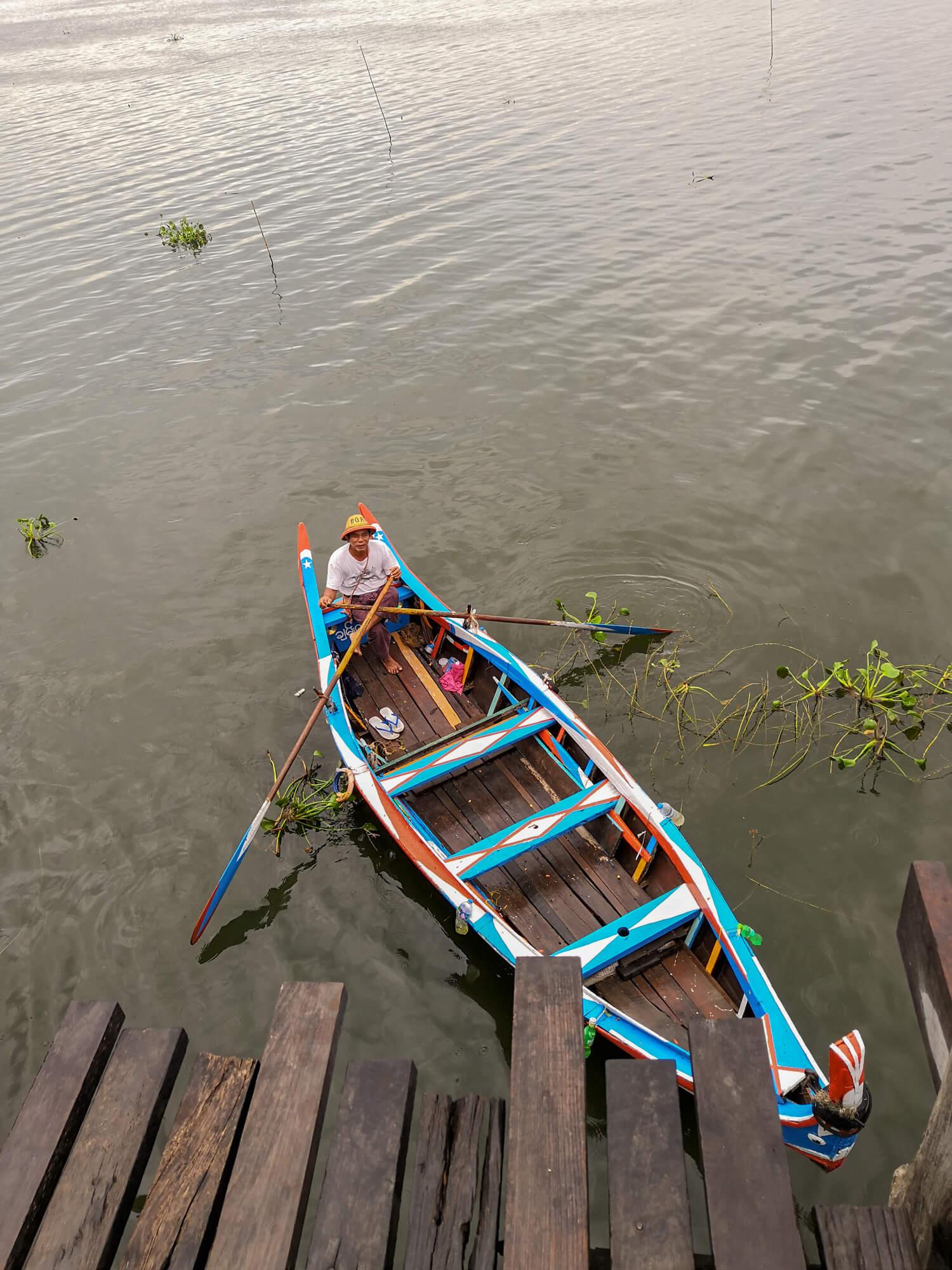 Bateau le long du pont d'U Bein