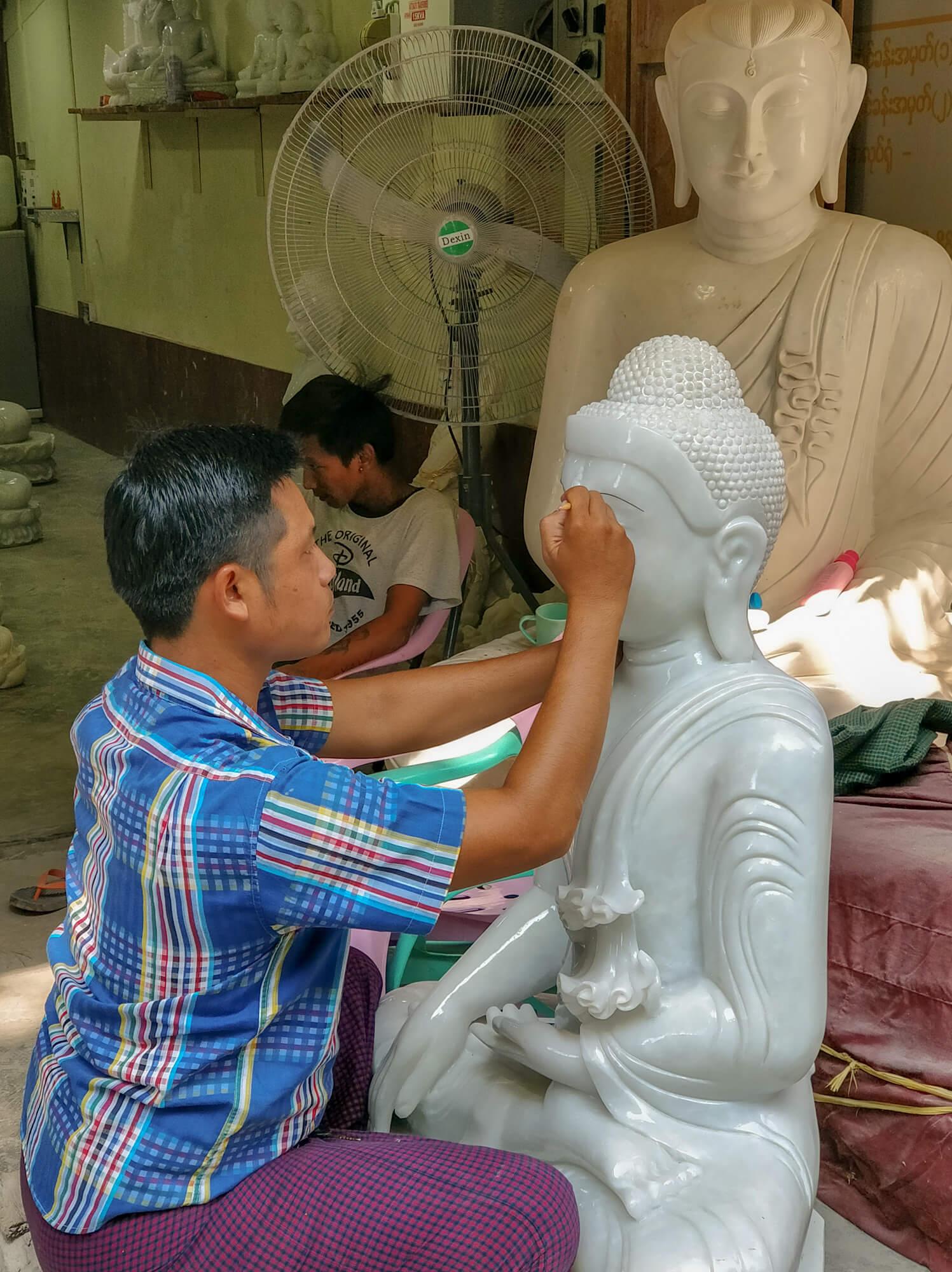 Un sculpteur de pierre à Mandalay