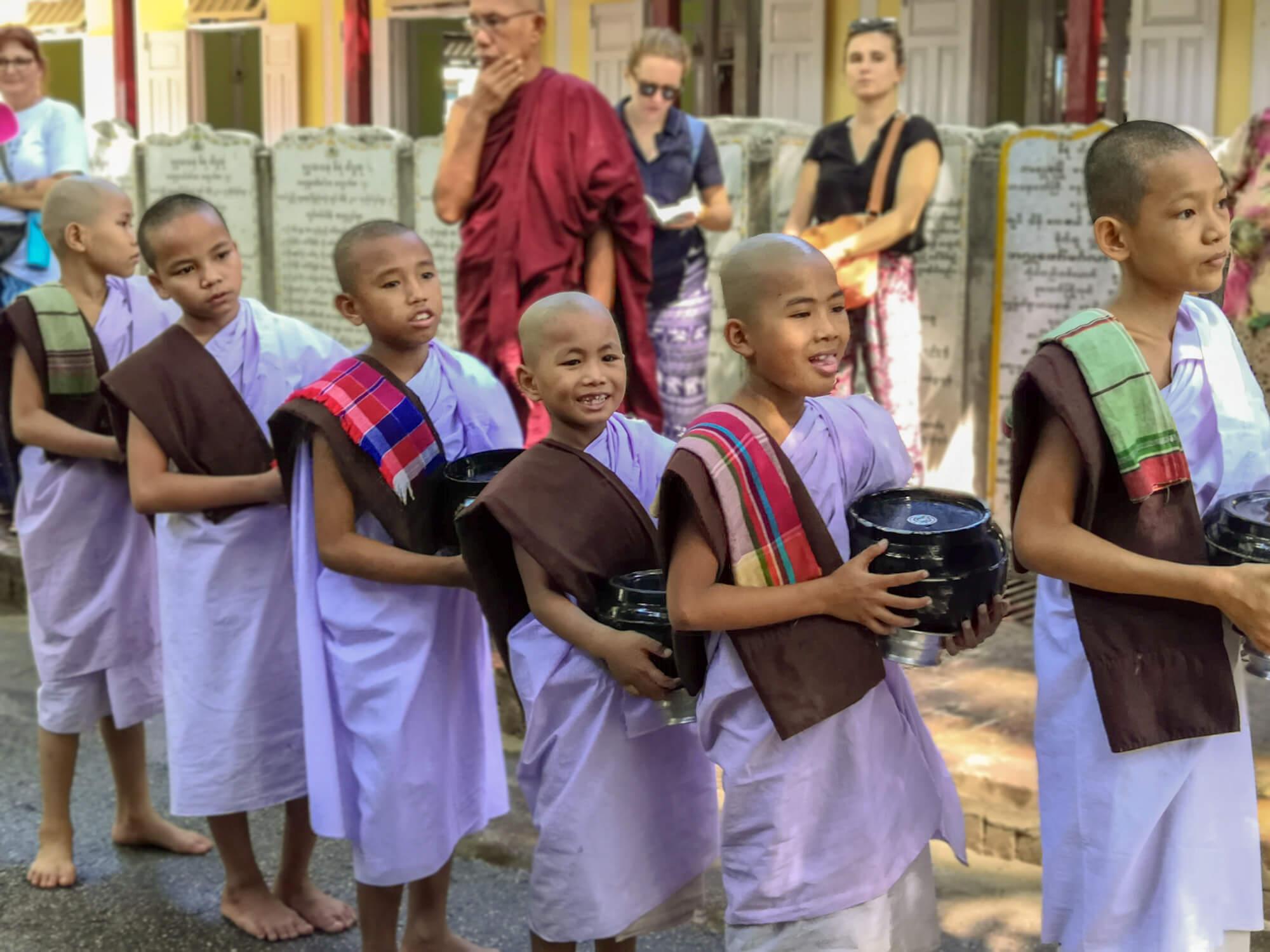 Jeunes moines (filles) allant à la cantine