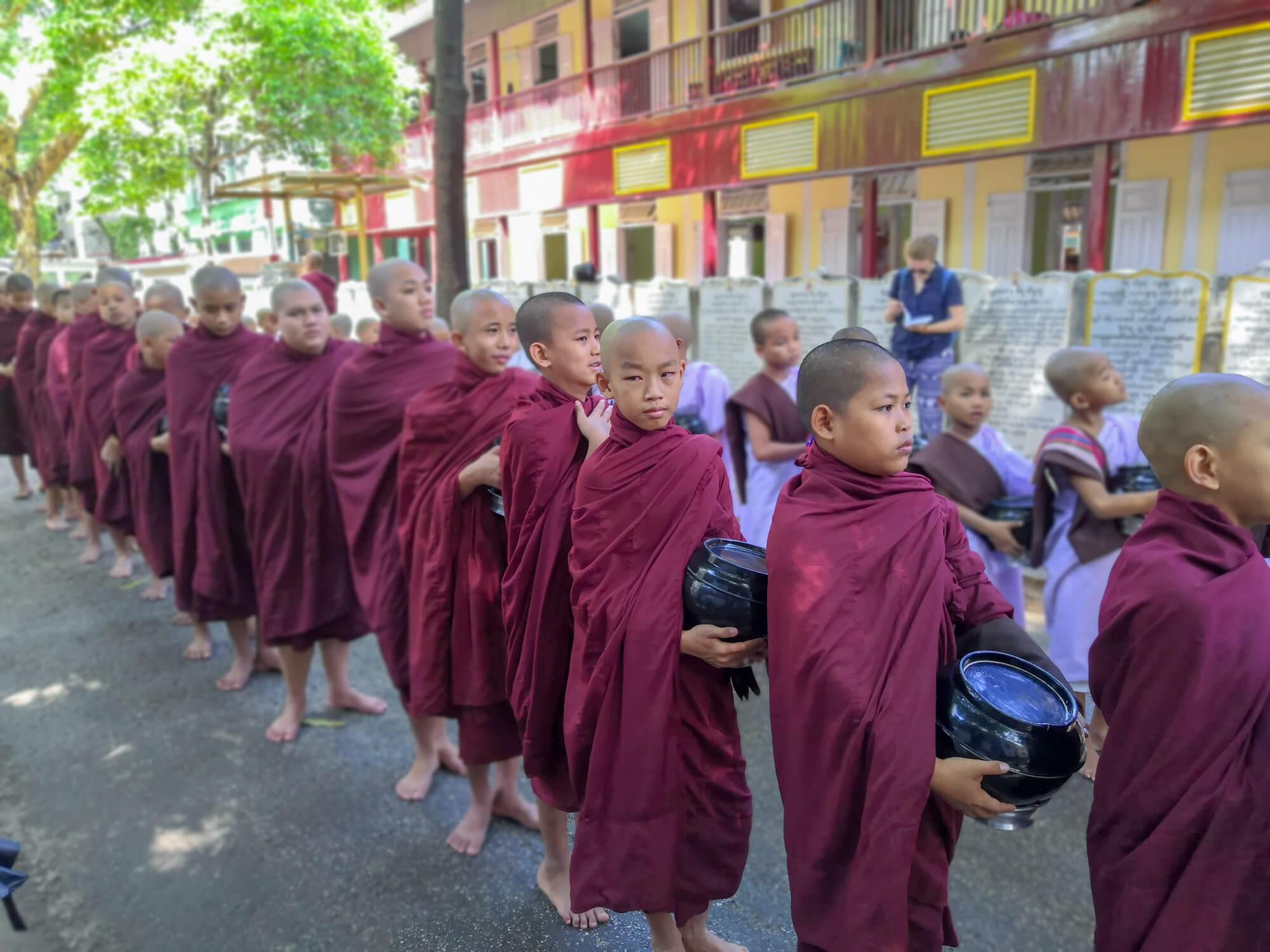 Jeunes moines allant à la cantine