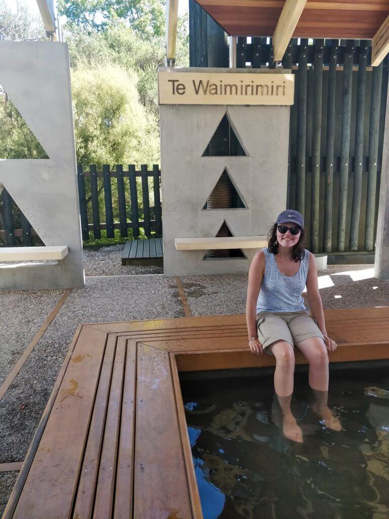 Seule sur le banc, les pieds dans l'eau...