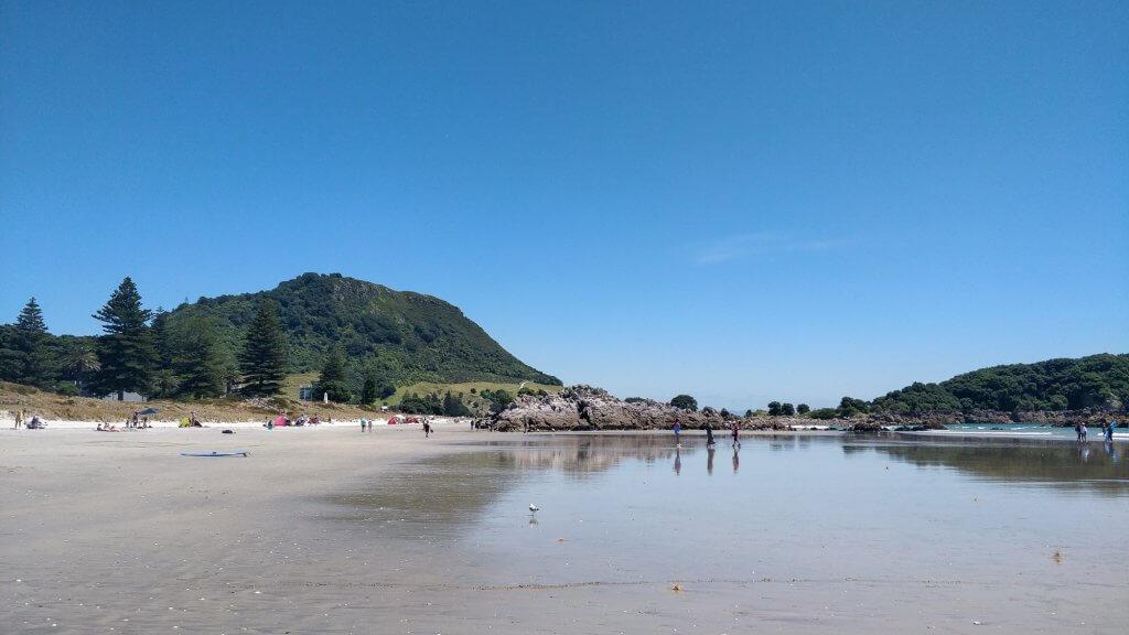 La plage dominée par le mont de la ville