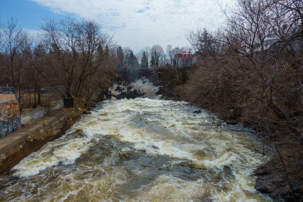 La rivière Saint-Charles juste avant la chute