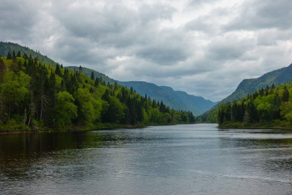 Ciel gris sur la rivière Jacques-Cartier : allons-nous terminer sous la pluie ?